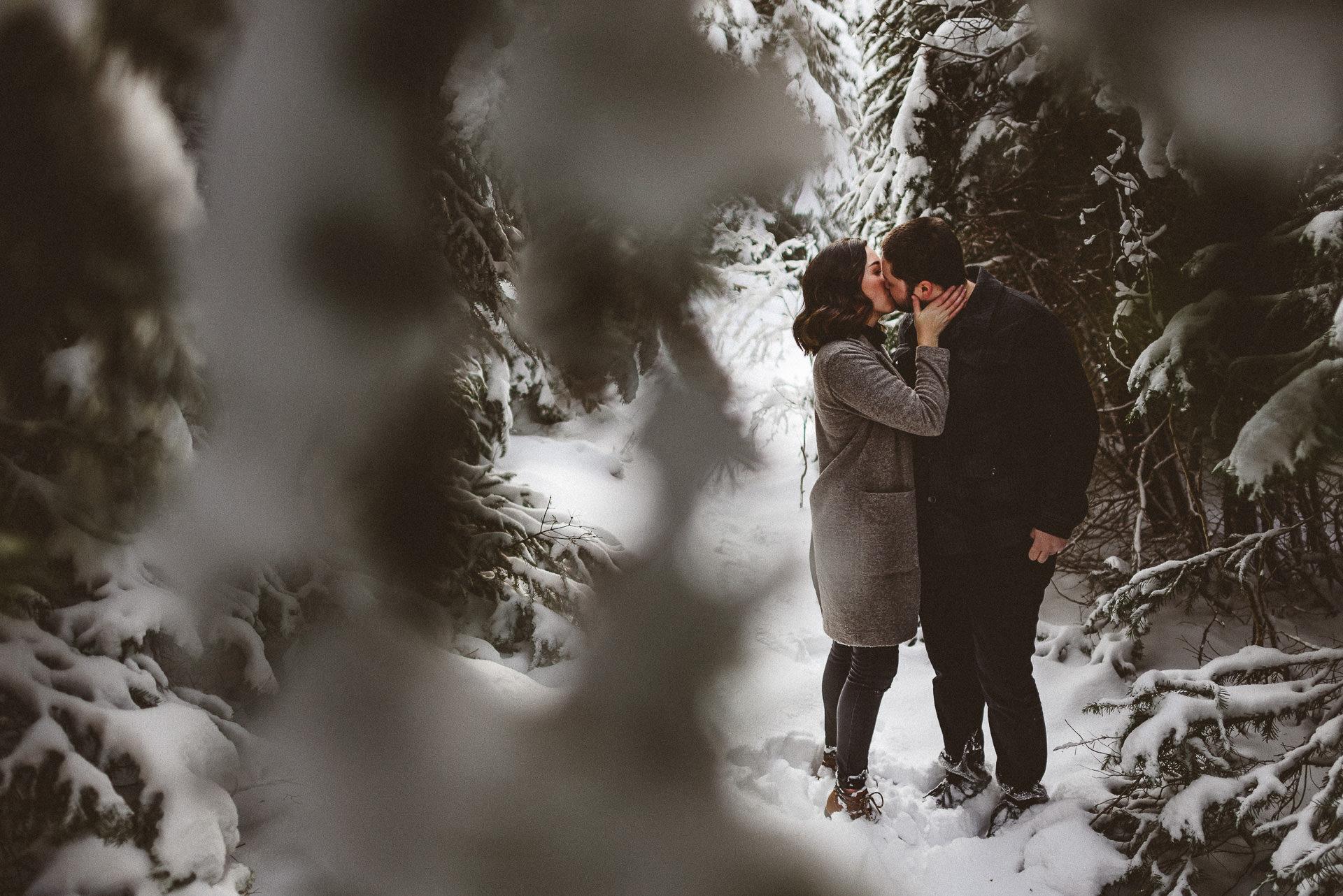 couple kissing at big cottonwood canyon